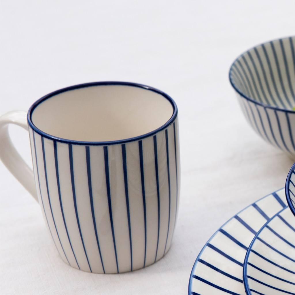 25815-porcelanovy-hrncek-japonsky-dizajn-modry-pruzok-ls